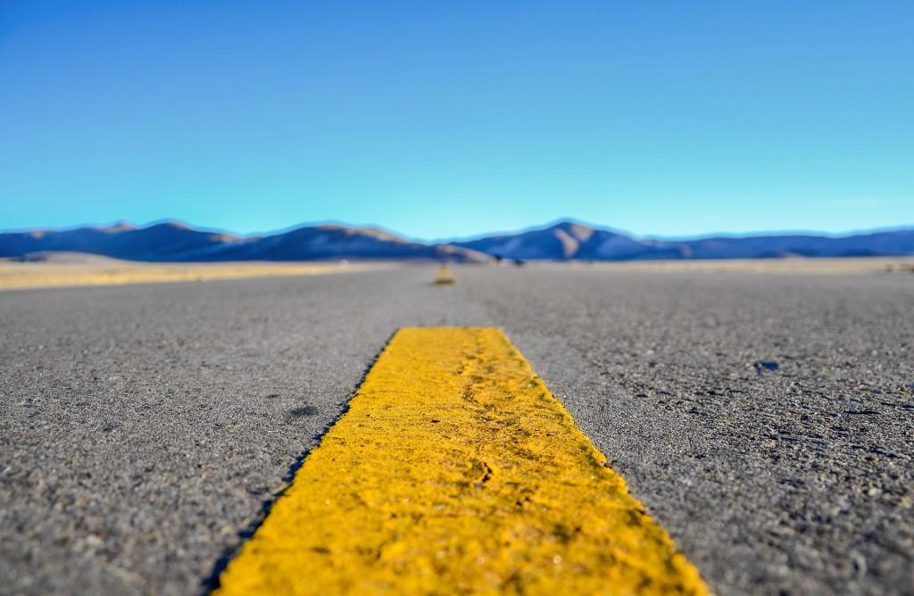 Gelbe gestrichelte Linie auf einer einsamen Straße in den USA.
