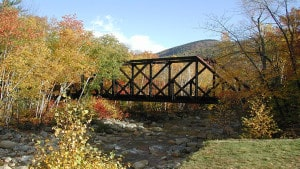 Kleine Brücke in New Hampshire mitten im Indian Summer