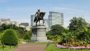 Denkmal mit Skyline von Boston, Massachusetts im Hintergrund