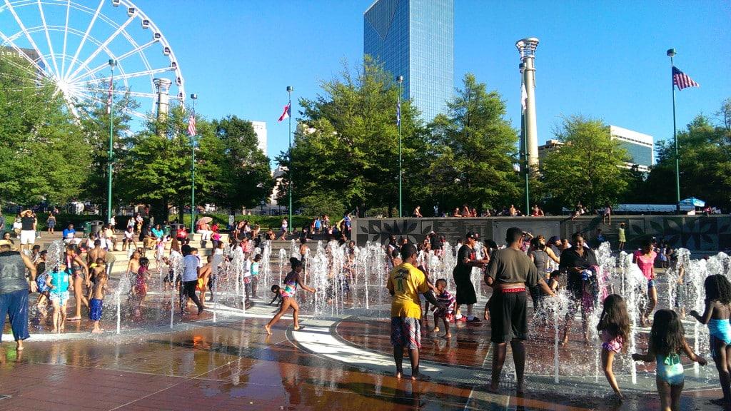 Kinder beim Wasserplantschen im Centennial Olympic Park in Atlanta