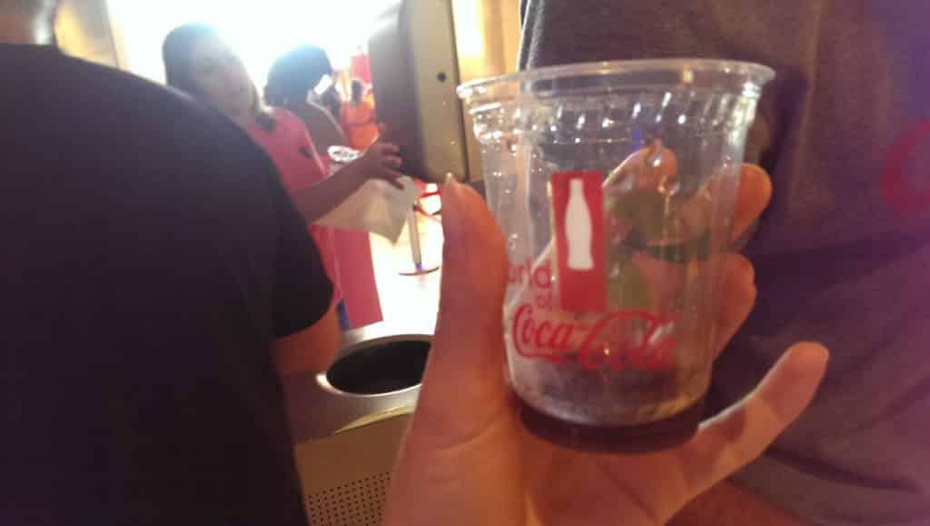 Probier-Becher zum Selbstbefüllen mit den verschiedensten Sorten aus der World of Coca Cola in Atlanta