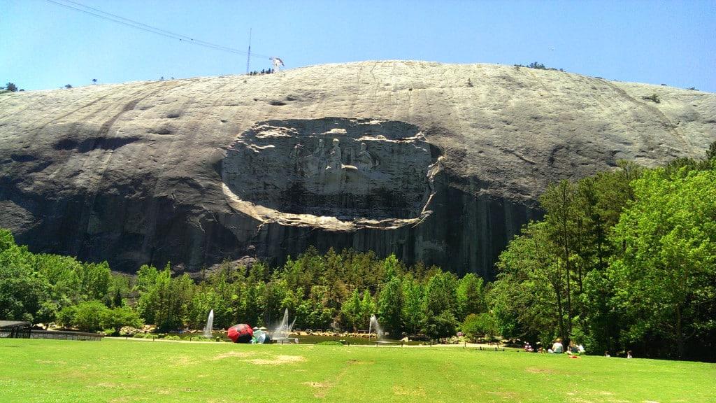 Blick von unten auf den Stone Mountain in Atlanta, USA