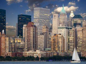 Skyline von New York in der Dämmerung