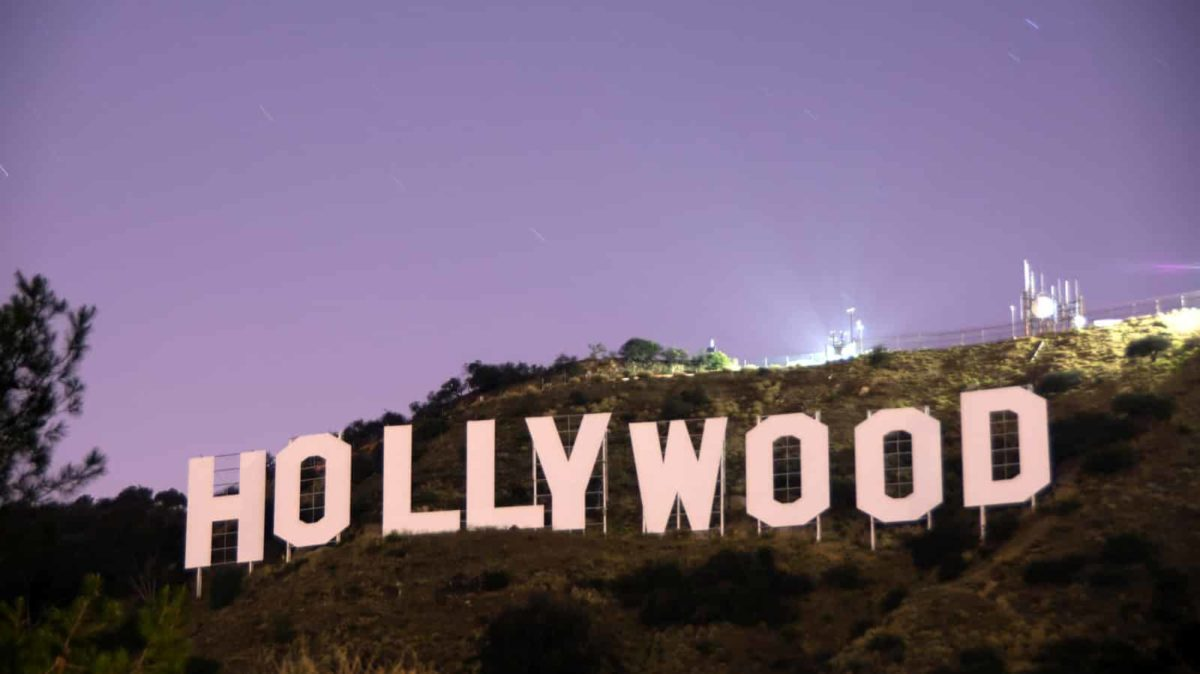 Das legendäre Hollywood Sign in den Hollywood Hills in Los Angeles bei Abenddämmerung.