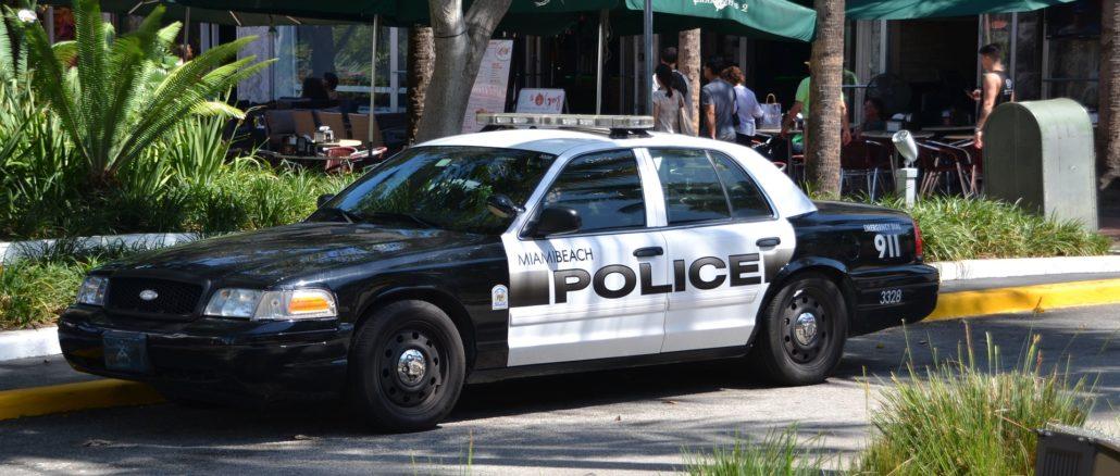 USA Polizeiauto parkend am Straßenrand