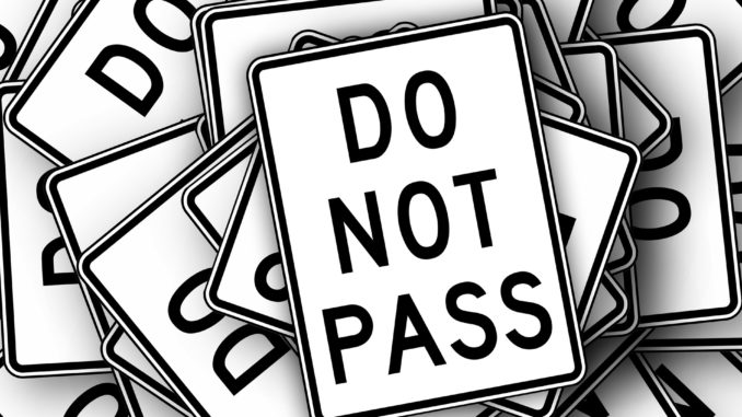 Verkehrsregeln: Do not pass sign - zeichen für nicht überholen in den USA.