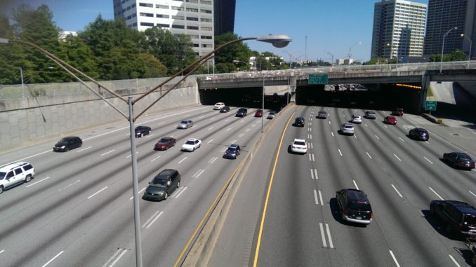 7-spuriger Highway durch Downtown Atlanta