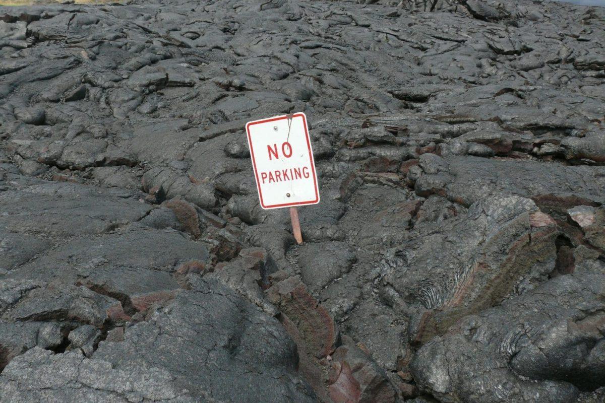 No Parking Zone auf der hawaiianischen Kraterlandschaft.