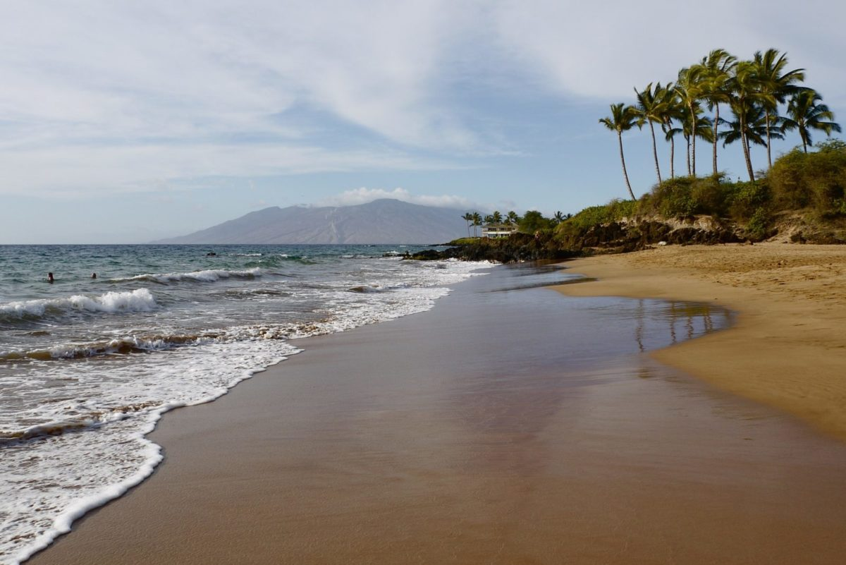 Einsamer Strand auf Hawaii in der Abenddämmerung.
