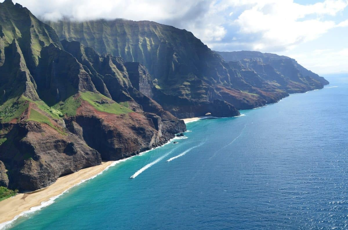 Die Küste von hawaii aus der Luft fotografiert.