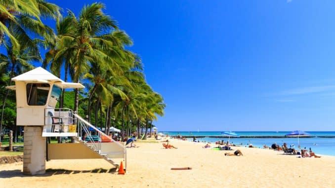 Der Strand von Honolulu mit Wachtürmen