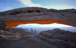 Der Mesa Arch Felsbogen im Canyonland Nationalpark.