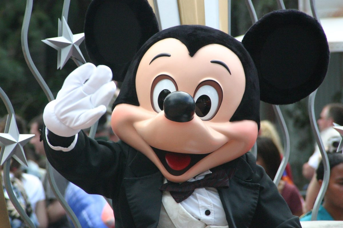 Winkende Mickey Mouse auf Parade